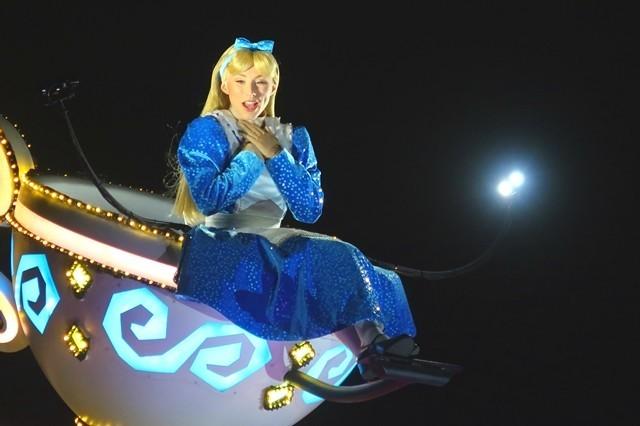 アリスがエレクトリカルパレードに登場