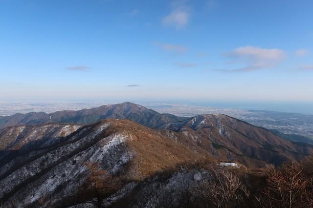 塔ノ岳の山頂から見る丹沢表尾根と大山