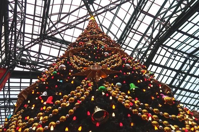 ディズニーランドのクリスマスツリーの飾り