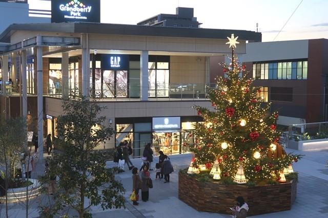 グランベリーパーク内のクリスマスツリーやイルミネーション