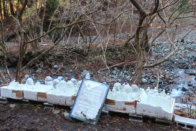 鍋割山荘への歩荷用の水の入ったペットボトル
