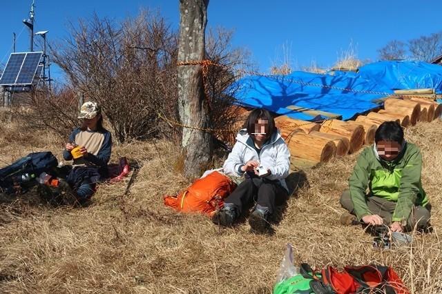 鍋割山の山頂で昼飯