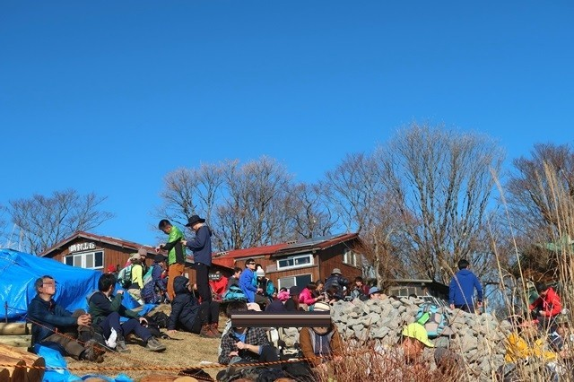 鍋割山荘の名物鍋焼きうどん多くの登山者が並ぶ