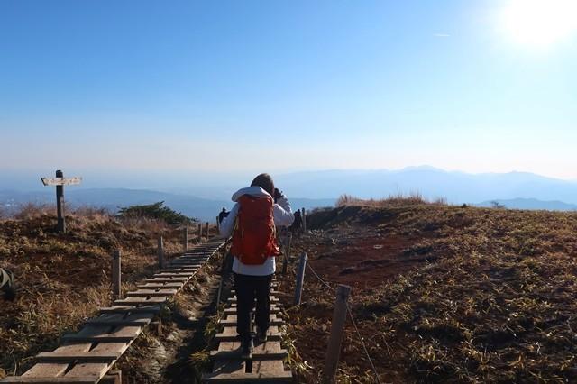 丹沢を後にする女性登山者の後姿
