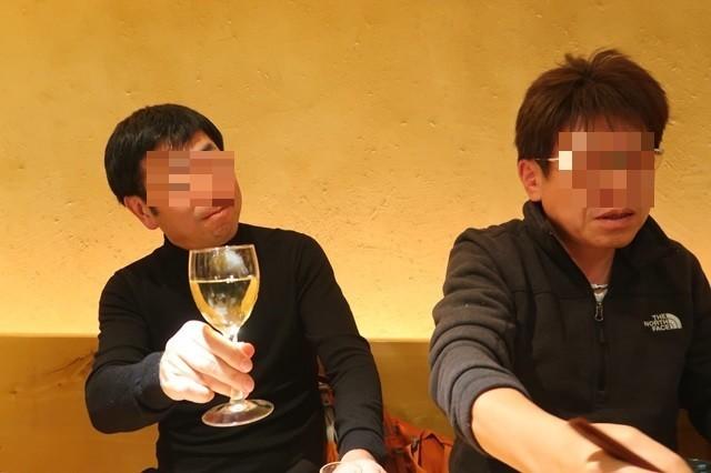 忘年会参加者ワインで乾杯