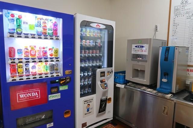 お食事処のとなりに自動販売機と無料の給茶機