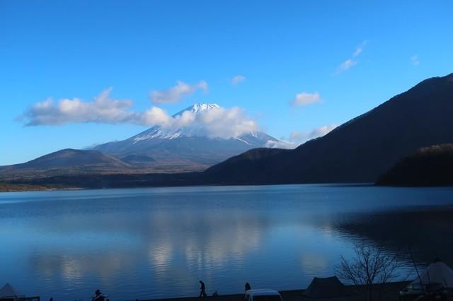 浩庵キャンプ場湖畔キャンプサイト本栖湖と富士山の眺め