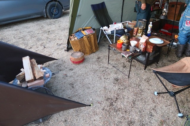 キャンプテント設営の様子