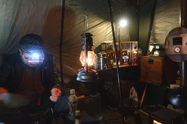 テント内のキャンパー
