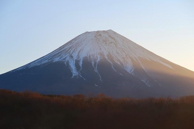 ご来光に照らされる富士山