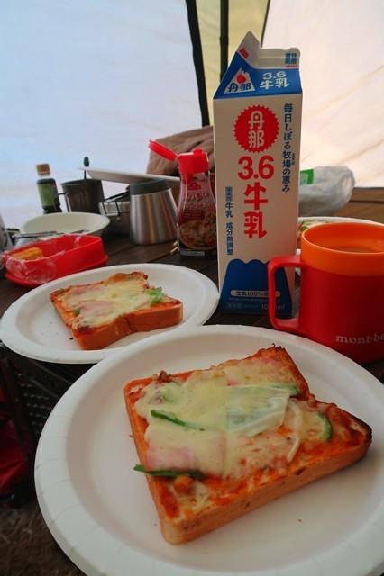 キャンプ朝食でピザ
