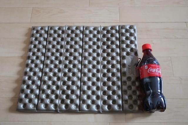 サーマレストマットレスソフトシートZシート500mlのペットボトルと大きさ比較