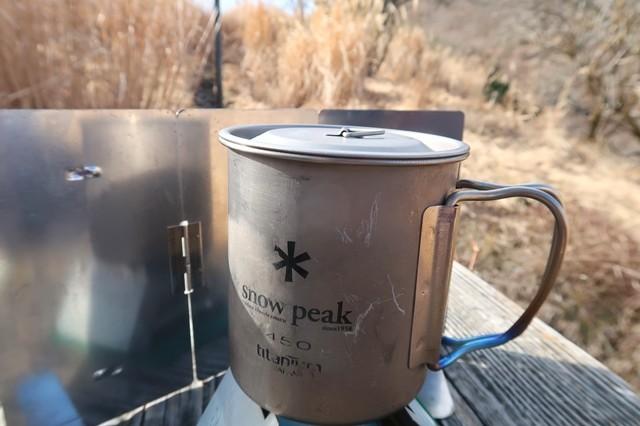 五徳固形燃料ストーブスノーピークの450mlカップに蓋で水を沸騰