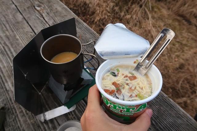 五徳で鍋にコーンスープ温めた