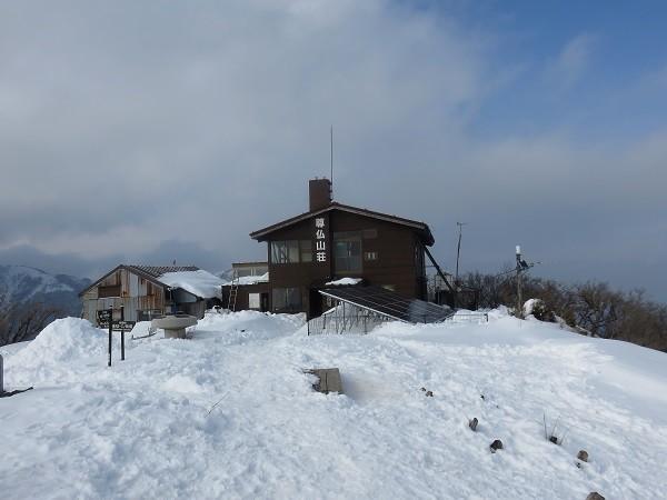 丹沢山塊の積雪期の山頂ベンチが雪に埋もれて使用出来ない