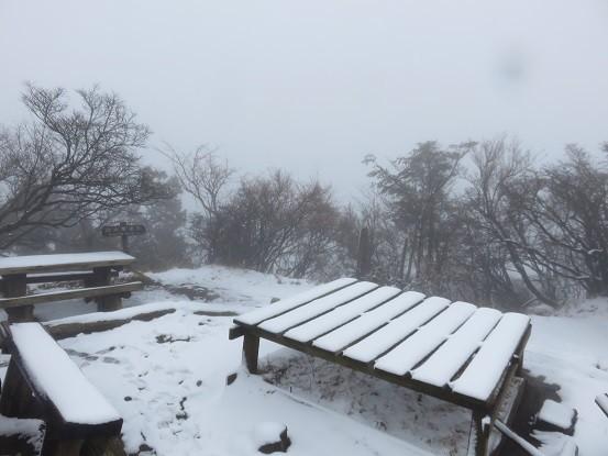 雪が積ったベンチ
