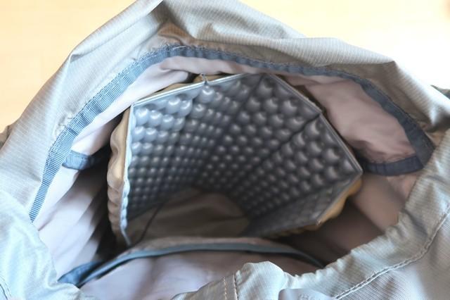アウトドア座布団マットをザックの中で広げて外からの衝撃から荷物を守る方法
