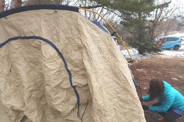キャンプテントの設営風景