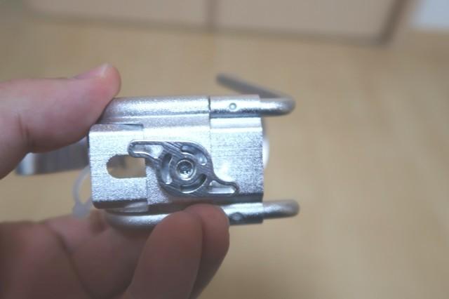 ドリンクのサイズに応じて幅を調整する部分ネジ式