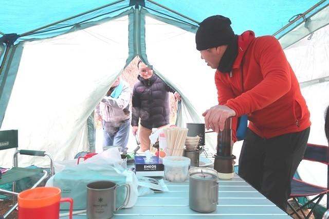 キャンプテント内男性人
