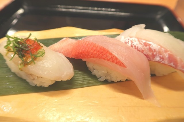 特選三種盛トラフグ、金目鯛、真鯛の握り寿司