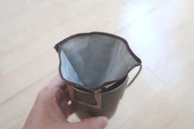 メッシュフィルターの中に挽いたコーヒー豆を入れてお湯を注ぐ