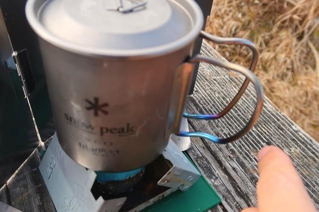 シングルチタンマグカップを直接火にかけお湯を沸かす