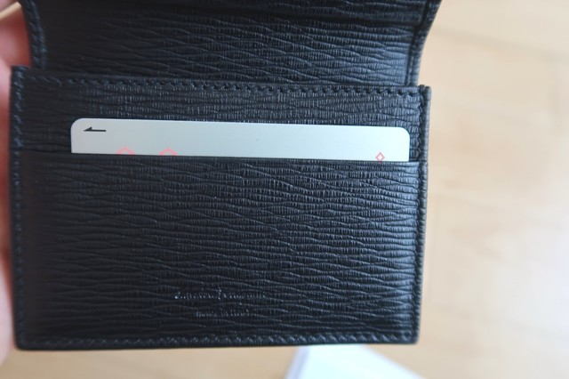 名刺入れに交通系ICカードクレジットカード等のカードを入れて使用