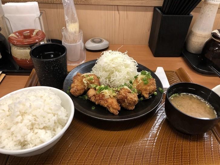 注文した油淋鶏定食