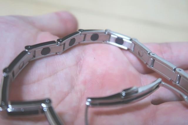 磁気ブレスレットの裏側に装着されている磁気磁石