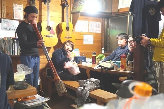 三条の湯の小屋番さん楽器演奏