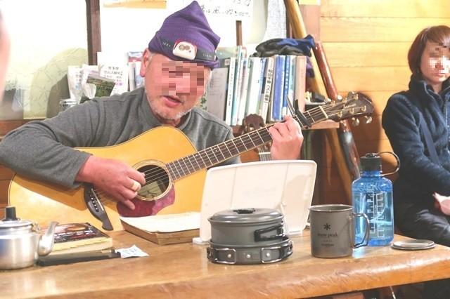 三条の湯オーナーがギター演奏