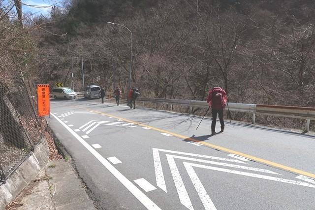 丹波天平登山口付近の舗装路