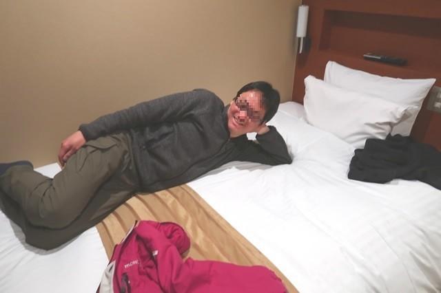 ベッドの上に登山者1名
