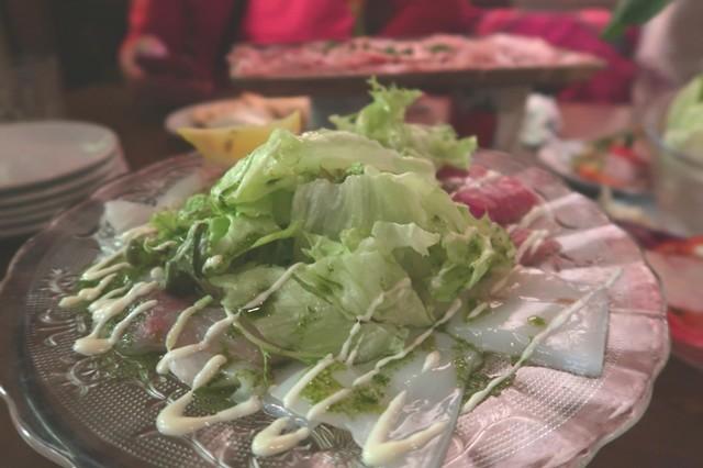 ダンチキンダンサラダや魚介類の料理