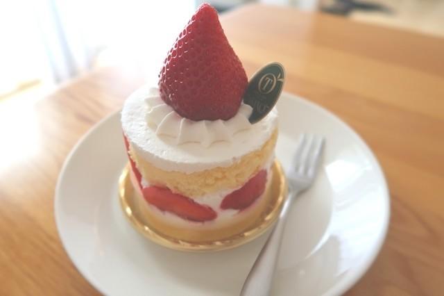 丸々1つのイチゴがケーキの内部にも入っていた