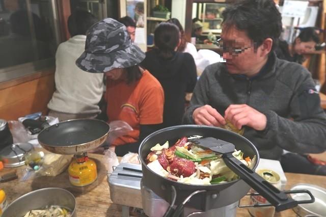 山小屋でカットステーキ調理