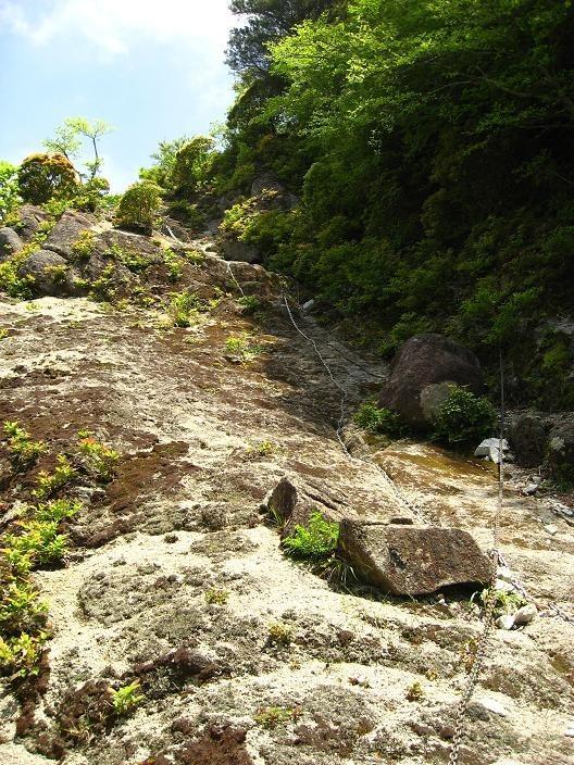 大石山登山道の長い鎖場