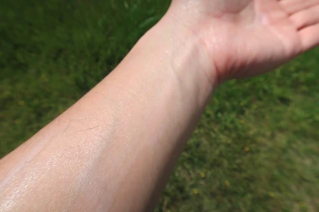 ロベクチンエッセンシャルアクアUVプロテクターを腕に延ばした直後の様子