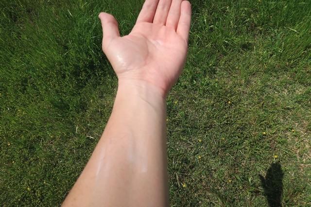 日焼け止めを腕に塗った状態