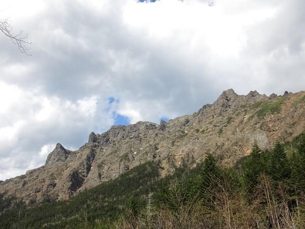 行者小屋からの八ヶ岳の赤岳・横岳・大同心・小同心の絶壁の景色