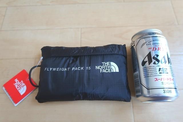 ノースフェイスフライウェイトパック15はアタックザックと350ml飲料と大きさ比較