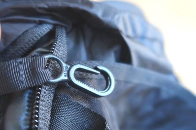 アタックザックの上部にキークリップ付きのジッパーポケットが採用