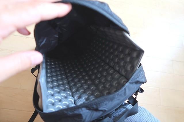 荷物が背中に当たらない対策は背面(背中に当たる部分)にアウトドア座布団を入れる