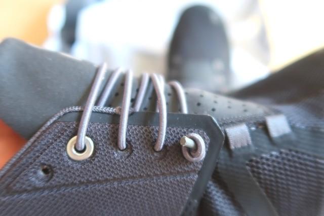 紐がゴム靴が脱げる事もありません