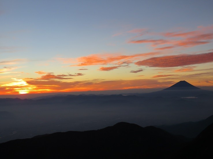 早朝の登山は危険がいっぱい登山道よりご来光景色