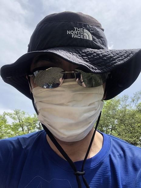 マスクを着用して登山中の登山者