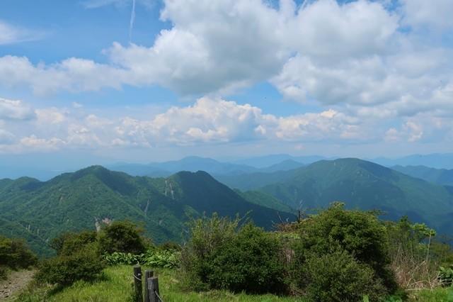 左のお山が檜洞丸、右奥が大室山景色