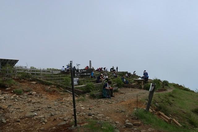 塔ノ岳山頂で多くの登山者