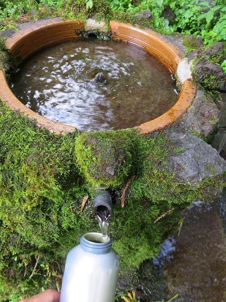 登山の水分補給で水場